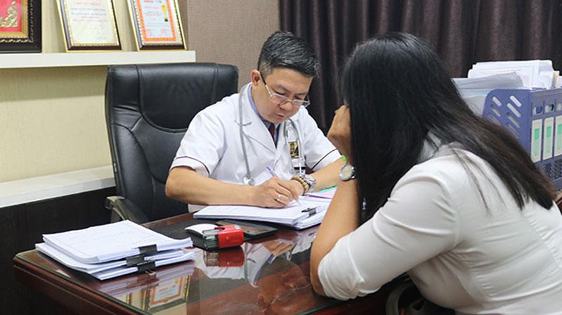 Lương y Tuấn thăm khám và điều trị cho rất nhiều người bị bệnh thận