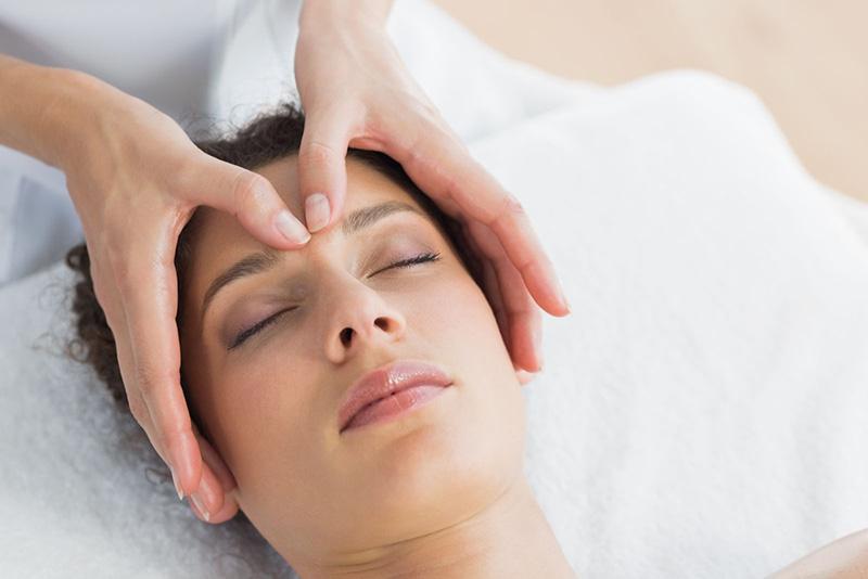 Massage, bấm huyệt giúp lưu thông xoang mũi