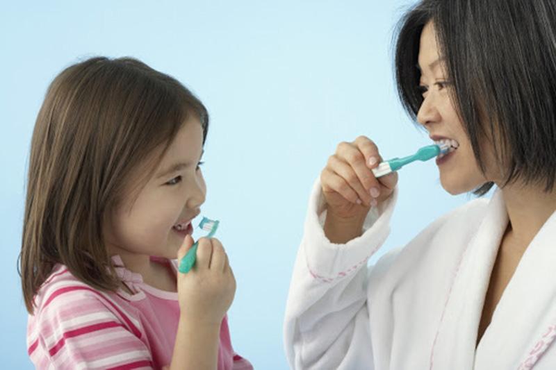Cha mẹ nên rèn luyện cho con thói quen vệ sinh răng miệng để phòng bệnh