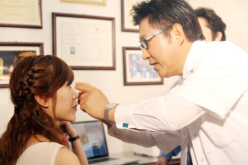 Thăm khám định kỳ sau nâng mũi với người bệnh viêm xoang