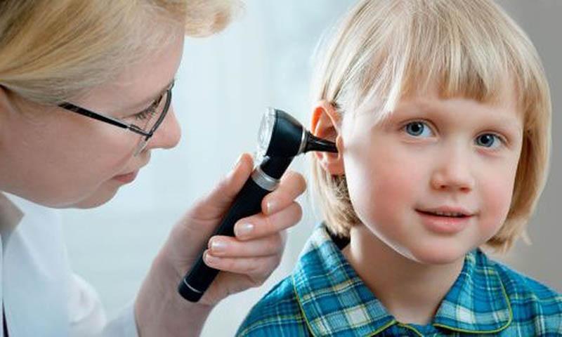 Khám tai để chẩn đoán viêm VA ở trẻ