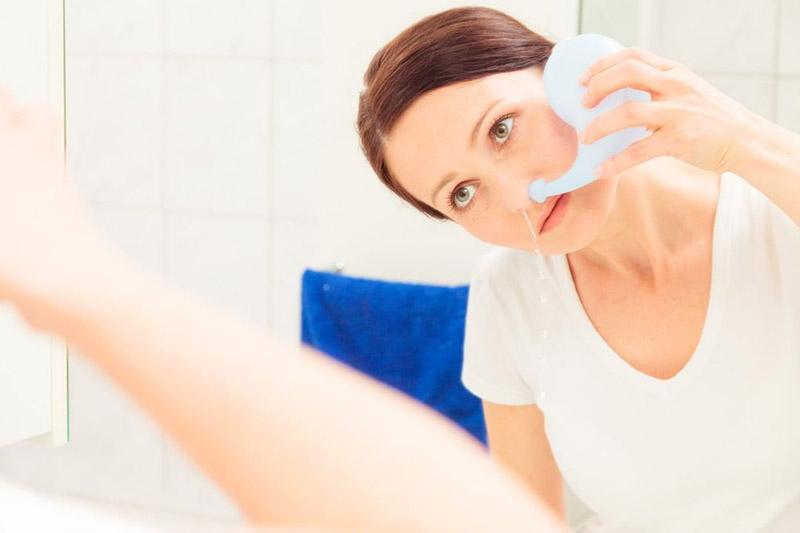 Rửa mũi bằng nước muối sinh lý để ngăn vi khuẩn phát triển