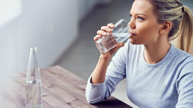 Uống nhiều nước có thể giúp loãng và tiêu thoát dịch nhầy