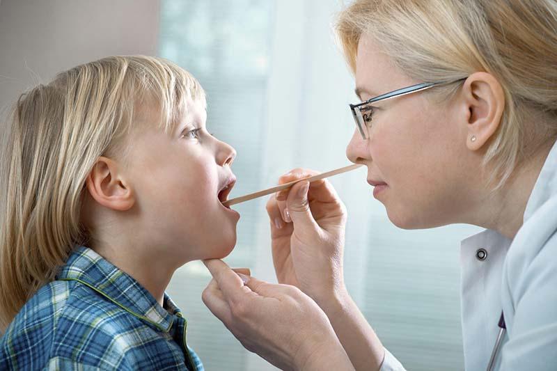 Mẹ nên cho trẻ thăm khám sớm để được kiểm tra lâm sàng, xác định tình trạng bệnh