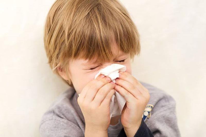 Trẻ thường xuyên bị ngạt mũi, hắt hơi, sổ mũi khi thời tiết thay đổi