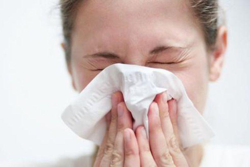 Nước mũi màu vàng đặc quánh là triệu chứng của viêm mũi do nhiểm khuẩn hoặc cảm lạnh lâu ngày