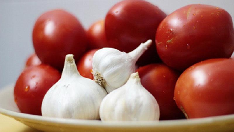 Nước tỏi cà chua vừa có thể sử dụng để trị sổ mũi, vừa giúp thanh lọc cơ thể