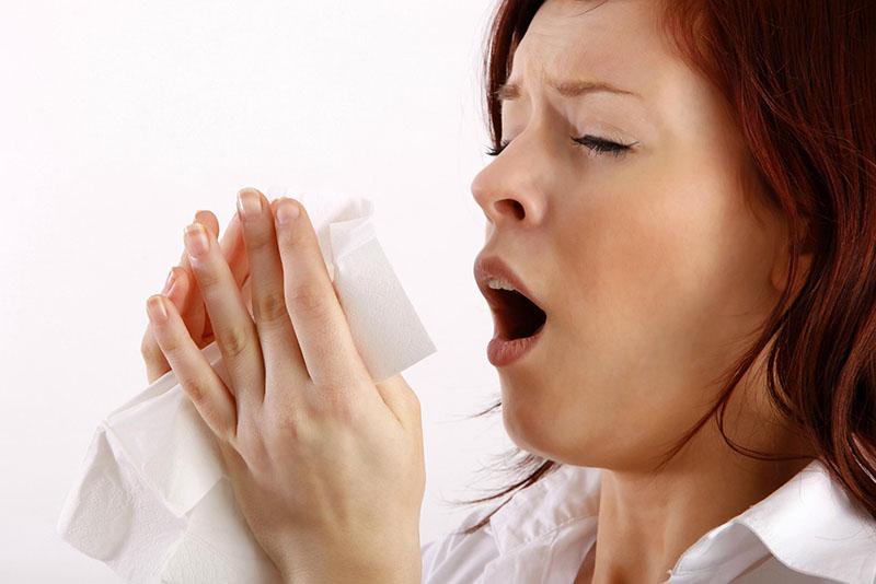 Hắt hơi, ngạt mũi là những triệu chứng cơ bản mà người bệnh gặp phải