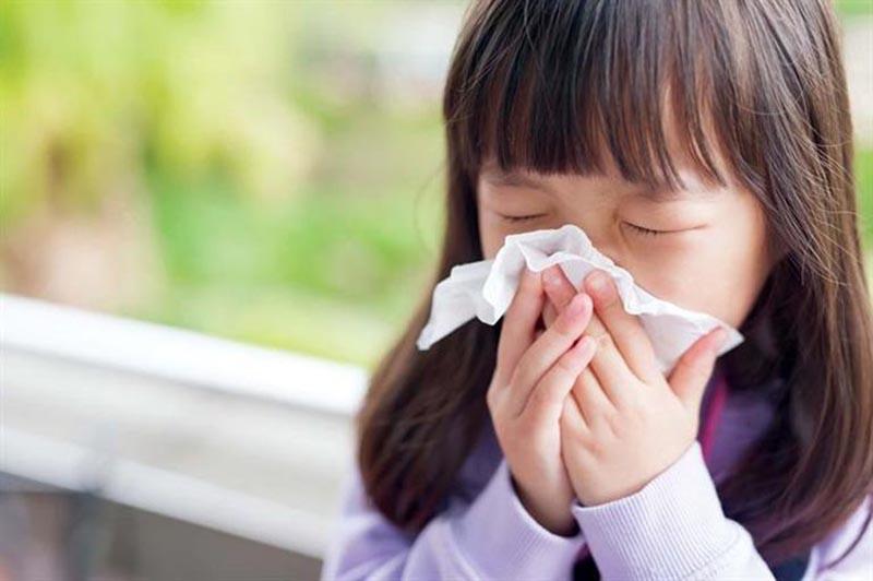 Niêm mạc mũi của trẻ nhỏ nhạy cảm nên rất dễ bị kích ứng