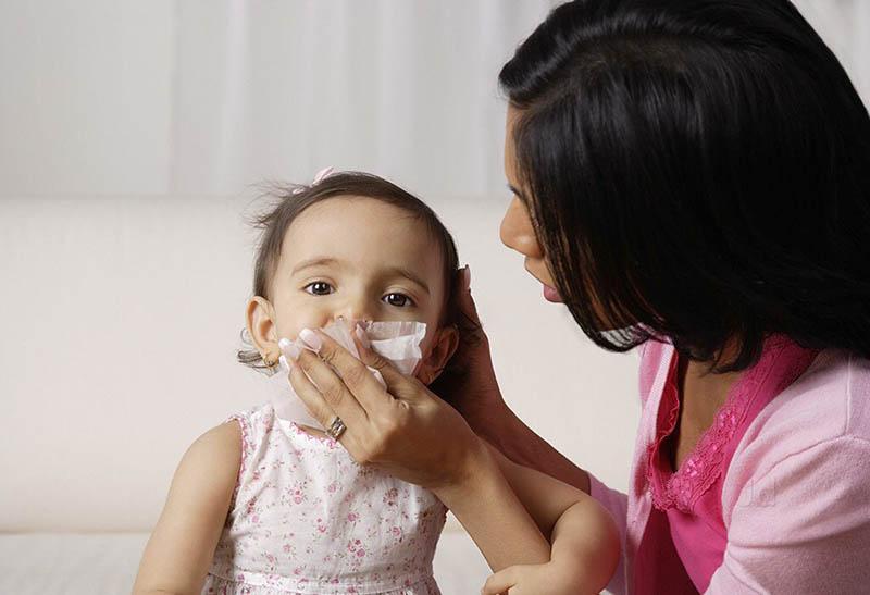 Bé sổ mũi có thể do nhiều nguyên nhân gây ra