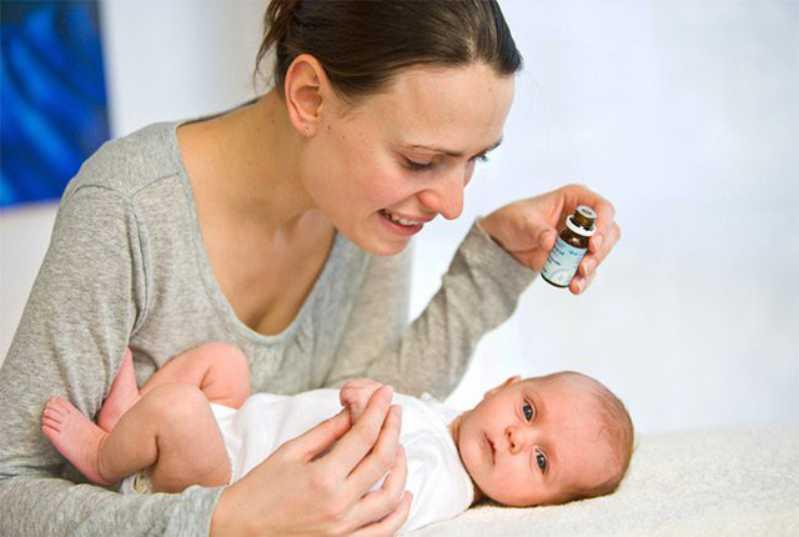 Cho bé uống thuốc Tây để điều trị các triệu chứng của bệnh