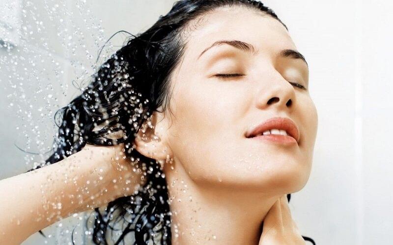 Để tóc ướt đi ngủ cũng sẽ gây ra tình trạng ngứa da đầu