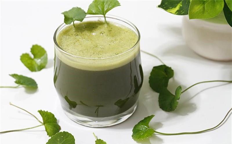 Uống nước rau má giúp thải độc, mát gan, hạn chế mụn lây lan