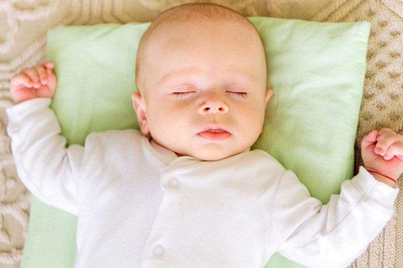 Khi ngủ, mẹ nên đặt bé nằm với tư thế mũi cao hơn tim để dễ thở hơn