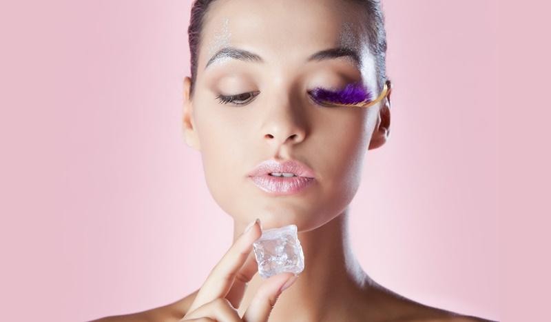 Bạn có thể dùng đá lạnh để chườm nhẹ lên vùng da bị ngứa