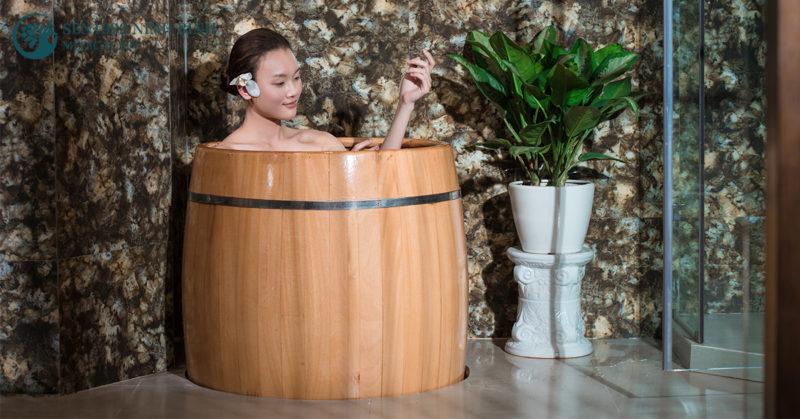 Tắm nước lá chữa ngứa da mùa hè