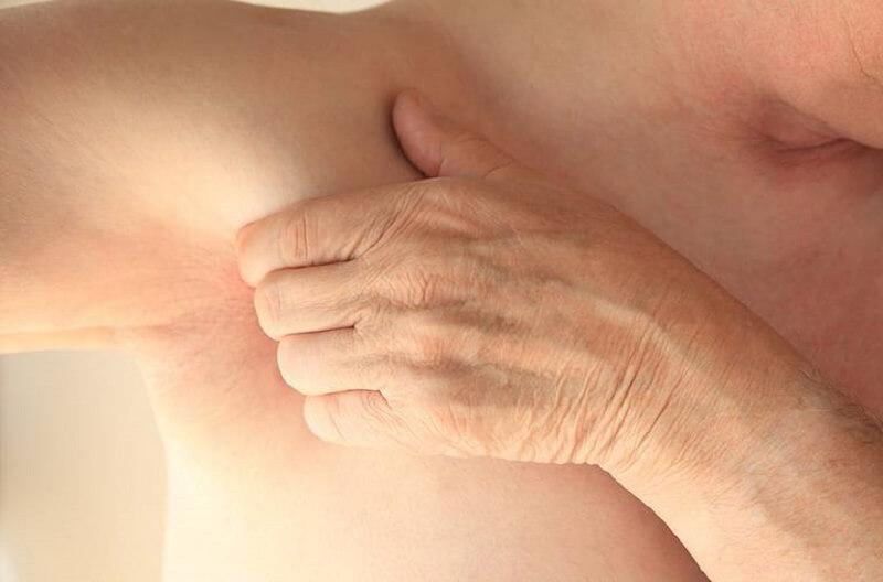 Ngứa nách là hiện tượng vùng da nách bị viêm, nhiễm hoặc bí bách mồ hôi...