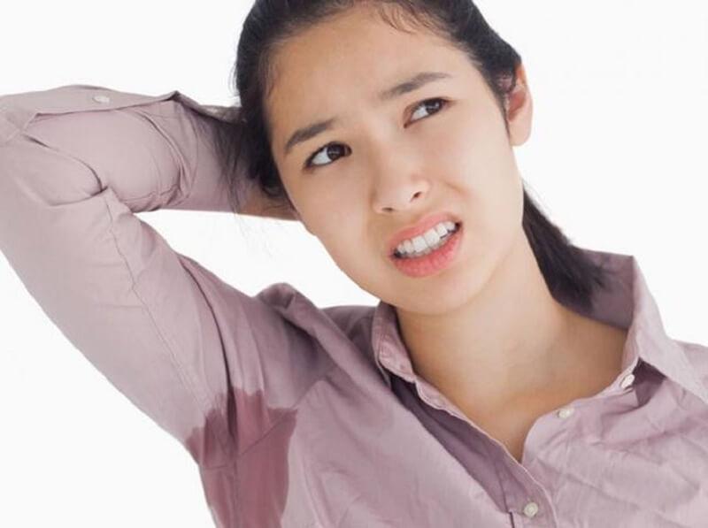 Tuyến nhờn hoạt động quá mức làm lỗ chân lông bị bít tắc gây nổi mẩn và ngứa nách