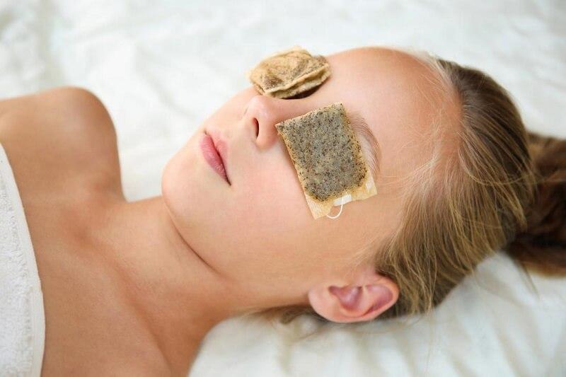 Đắp túi trà làm dịu vùng da mắt bị tổn thương