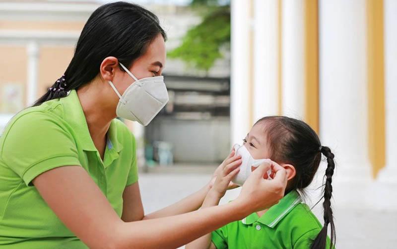 Đeo khẩu trang cho trẻ để phòng ngừa bệnh đường hô hấp gây sổ mũi