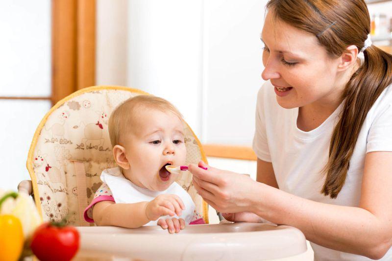 Cho trẻ ăn đầy đủ chất để nâng cao hệ thống miễn dịch, chống chọi lại bệnh
