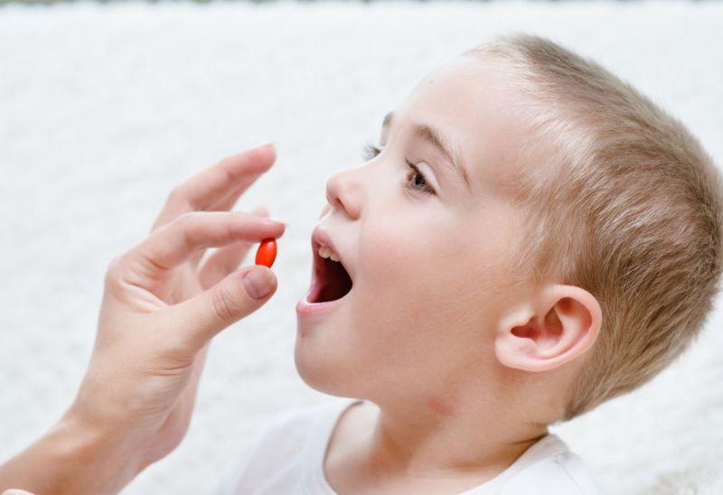 Cha mẹ cần cho con dùng thuốc trị bệnh theo đúng liều lượng quy định