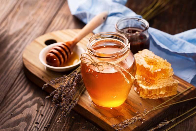 Mật ong và lá húng quế có thể dùng để cải thiện triệu chứng