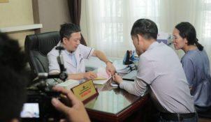 Bác sĩ Đỗ Minh Tuấn trả lời phỏng vấn của phóng viên Truyền hình Vĩnh Long