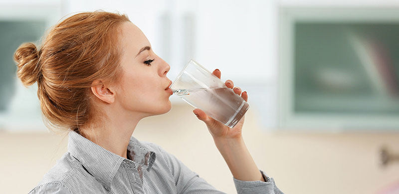 Uống nước đầy đủ giúp cơ thể đào thải độc tốt, phòng ngừa ngứa da toàn thân
