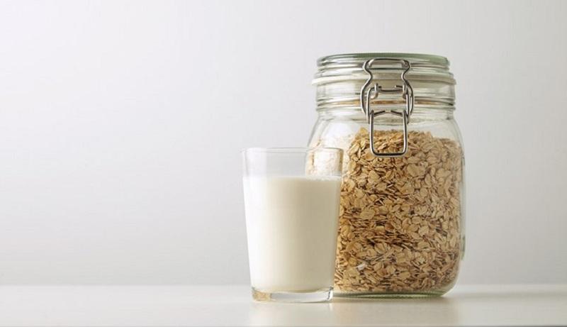 Yến mạch và sữa tươi cung cấp dưỡng chất giúp da mềm mịn, làm giảm ngứa hiệu quả
