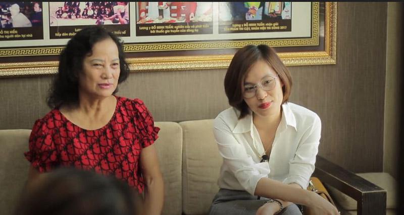 Chị Nguyễn Thị Nhàn (áo trắng) đến Đỗ Minh Đường khám bệnh viêm nấm âm đạo