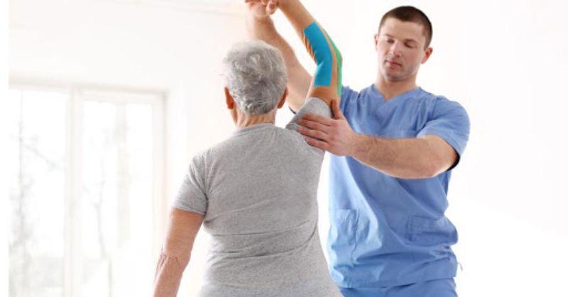 Tập vật lý trị liệu giúp khớp tay vận động linh hoạt hơn