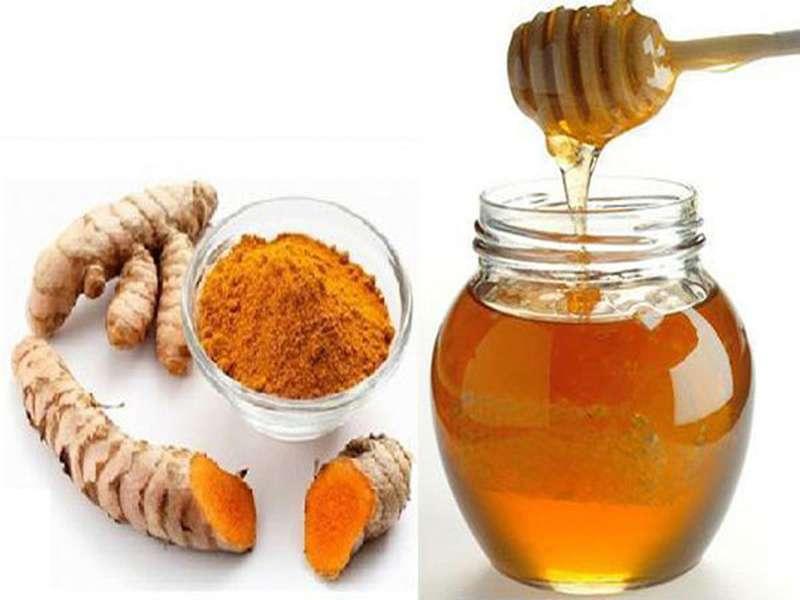 Mật ong kết hợp với nghệ tươi chữa đau họng