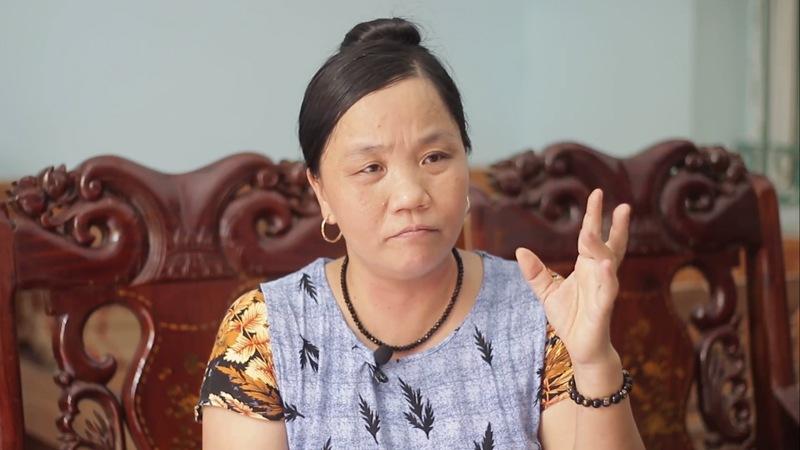 Cô Hằng bị co cứng ngón tay giữa bàn tay trái sau nhiều năm sử dụng thuốc Tây