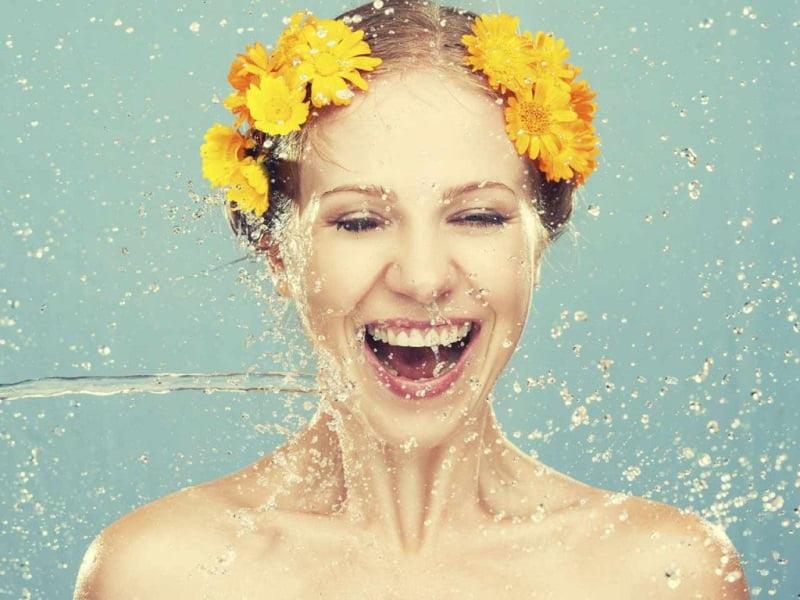 rửa mặt trước khi dùng thuốc trị da mặt bị ngứa và sần sùi
