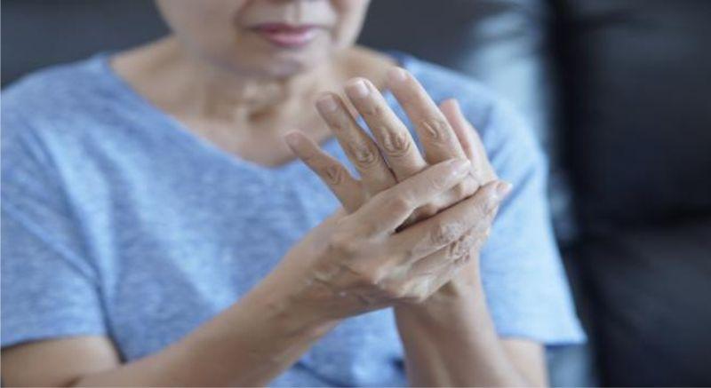 Triệu chứng đau khớp ngón tay thường xuất hiện nhiều vào buổi sáng sớm