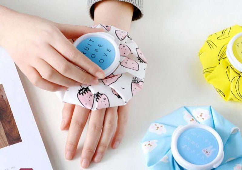 Chườm ngón tay bằng đá lạnh giúp giảm đau hiệu quả