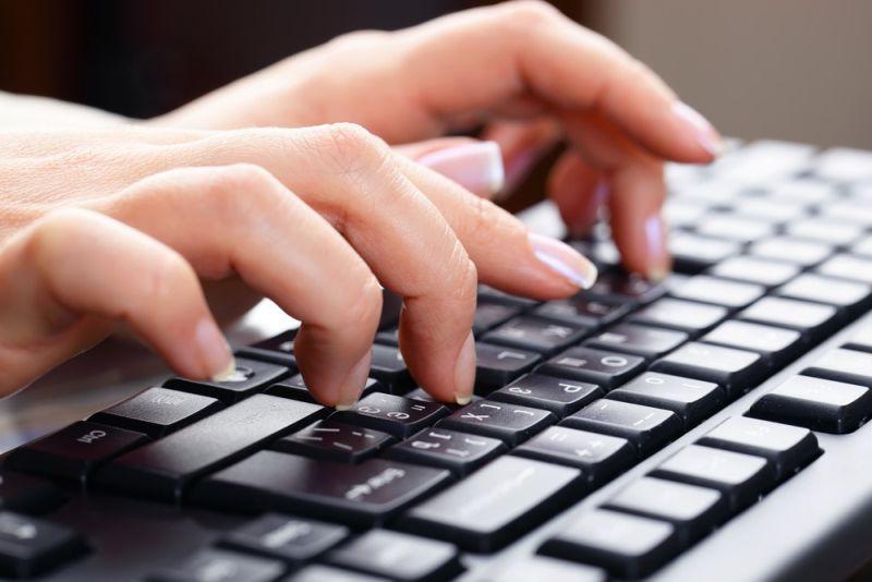 Sưng đau khớp ngón tay giữa khiến người bệnh gặp khó khăn trong sinh hoạt và làm việc