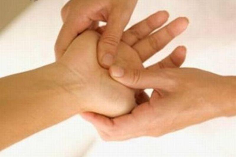 Xoa bóp cổ tay bằng thuốc Đông Y làm giảm nhanh các cơn đau do gai xương