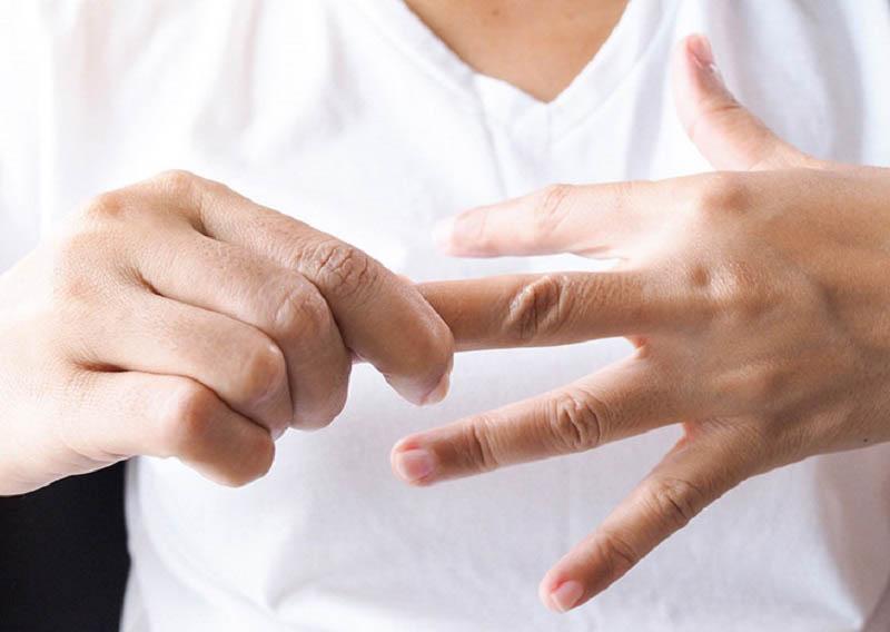 Ngứa đầu ngón tay, ngón chân là dấu hiệu của các bệnh lý như chàm, dị ứng...