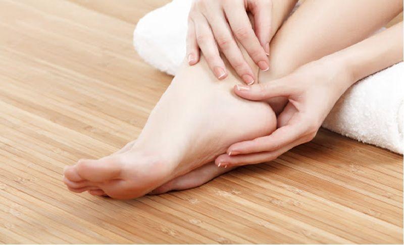 ngứa gót chân sần sùi khô ráp