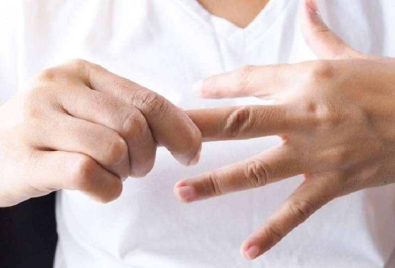 Ngứa kẽ ngón tay là bệnh gì
