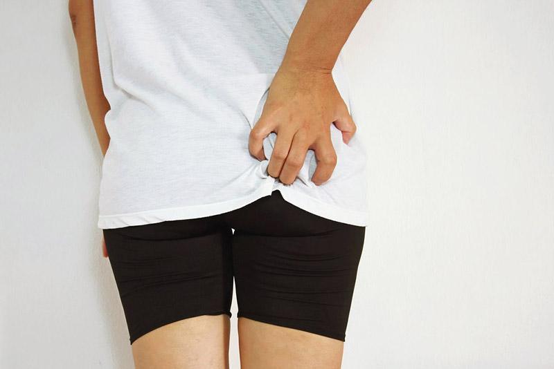 Ngứa mông kéo dài khiến người bệnh cảm thấy khó chịu