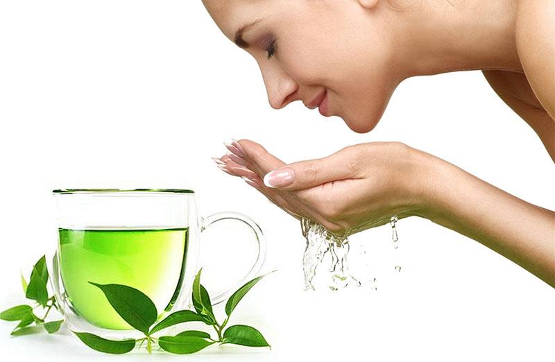 Rửa bằng các loại nước lá dân gian sẽ giúp tiêu viêm, giảm sưng ngứa