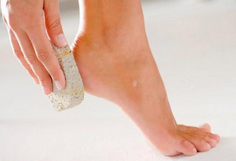 Tẩy tế bào da chết ở chân thường xuyên để phòng tránh viêm ngứa