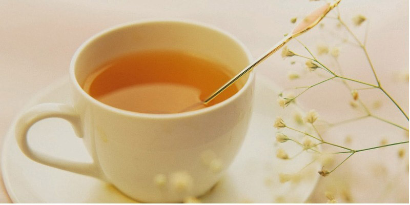 Nước mật ong ấm giúp giảm đau cổ họng