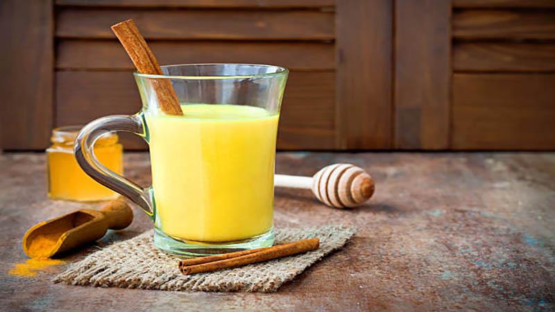 Đau họng uống gì? Uống sữa nghệ giúp giảm đau họng hiệu quả