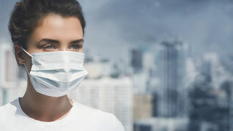 Không khí ô nhiễm, khói bụi,... khiến bà bầu dễ bị viêm họng hơn