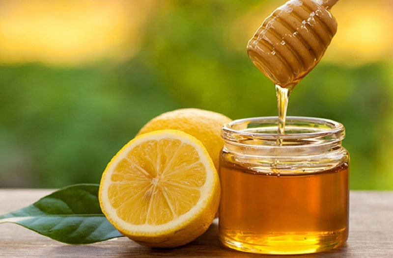 Mật ong và chanh có tác dụng kháng khuẩn, làm giảm sưng viêm
