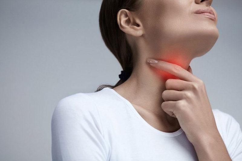 Cổ họng đau rát, sưng đỏ là một trong những triệu chứng điển hình của viêm họng liên cầu